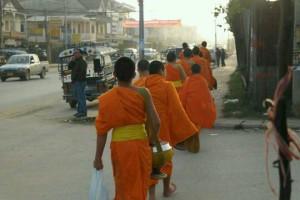 老挝的日出与布施_2