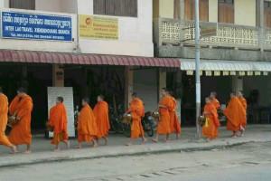 老挝的日出与布施_3