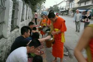 老挝的日出与布施_5