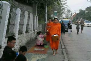 老挝的日出与布施_6