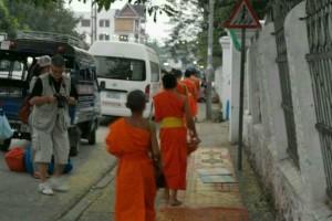 老挝的日出与布施_7